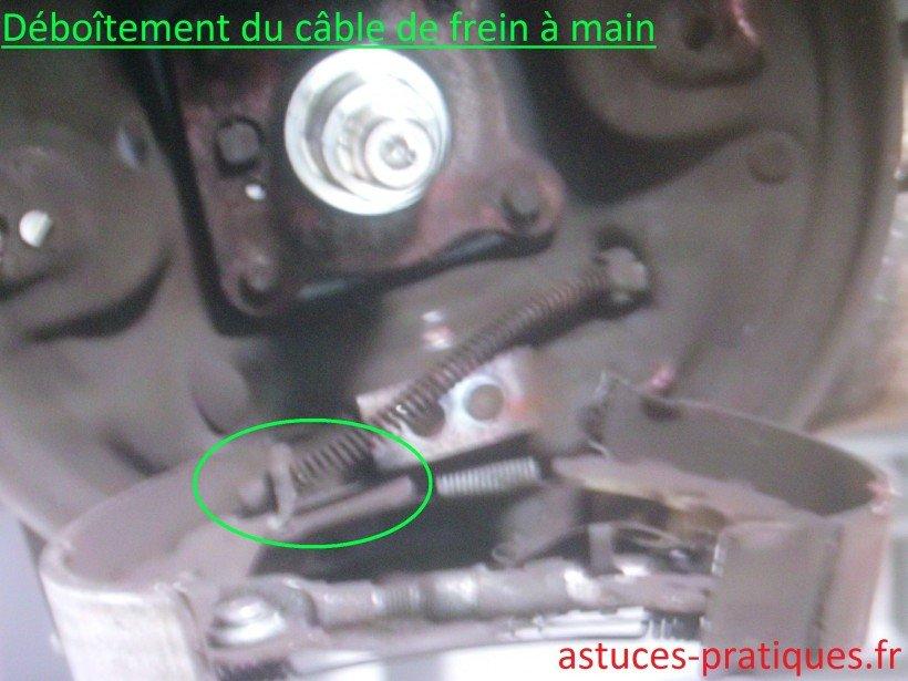 Déboîtement du câble de frein à main