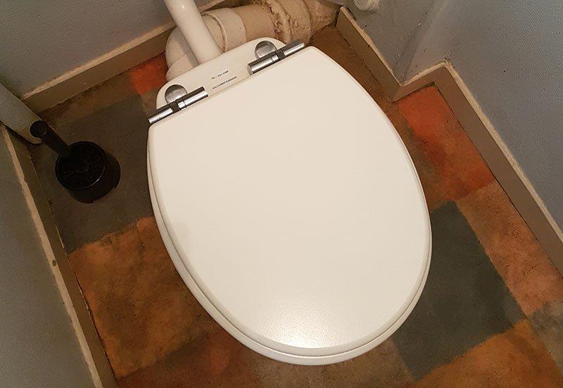 remplacer la lunette des toilettes