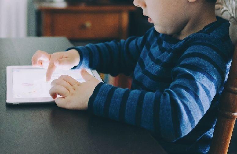 enfant collé à son écran