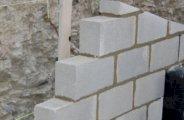 Monter un mur en parpaings bien droit