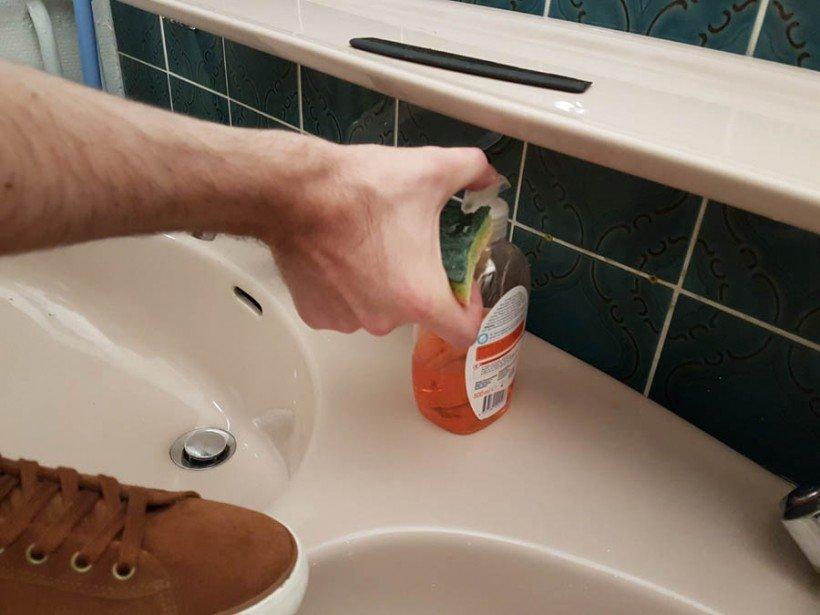 savon sur éponge pour nettoyer semelle blanche