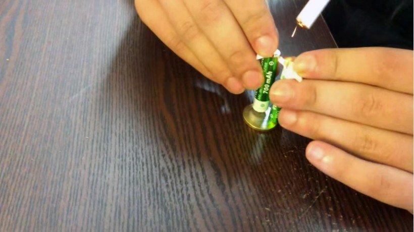 Allumer une cigarette avec une pile