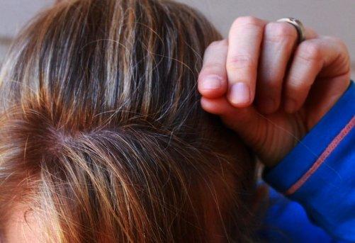 Comment ralentir l'apparition des cheveux blancs