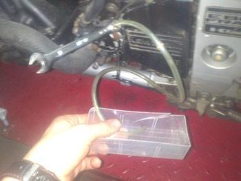 purger un embrayage hydraulique de moto 5