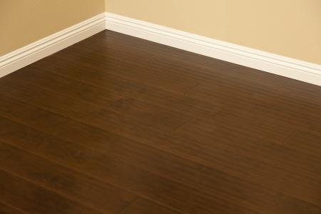 r ussir la pose de plinthes astuces pratiques. Black Bedroom Furniture Sets. Home Design Ideas