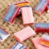Enlever un chewing gum d'un vêtement.