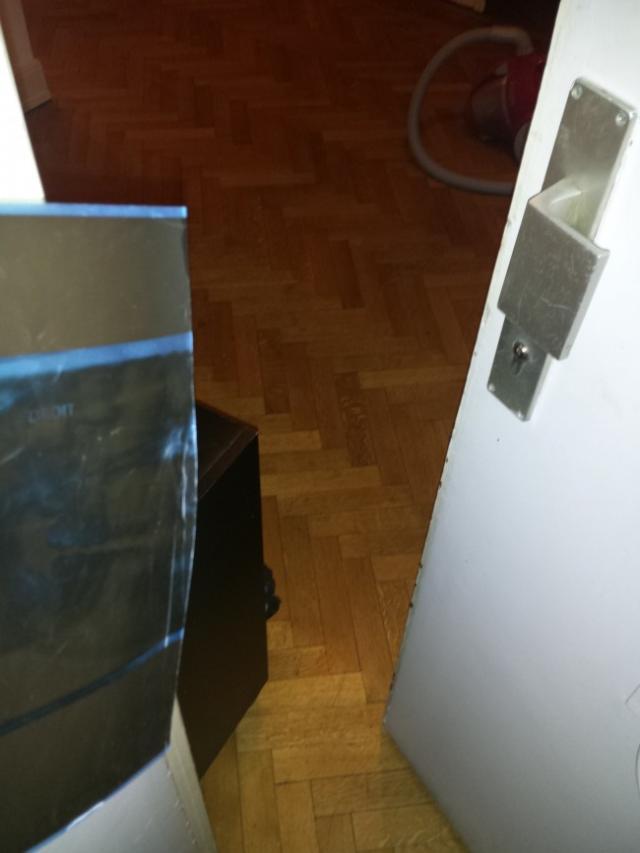Ouvrir une porte avec une radio astuces pratiques - Comment ouvrir une porte fermee a cle avec un trombone ...