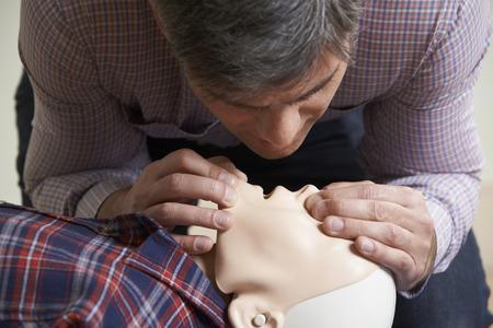 comment effectuer un massage cardiaque 3