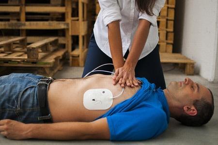 comment effectuer un massage cardiaque 0